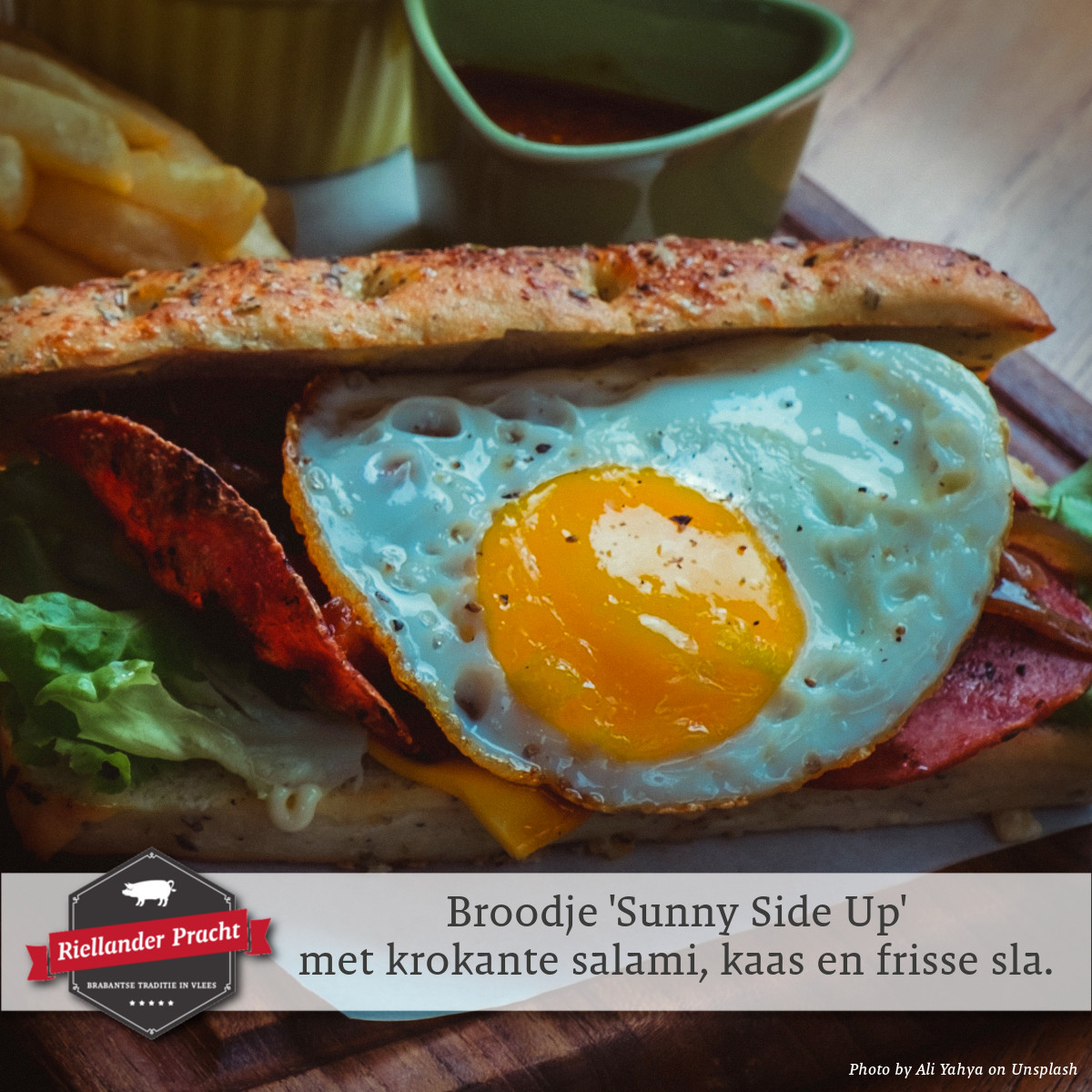Lunch recept: broodje 'Sunny Side Up' met krokante salami, kaas en frisse sla